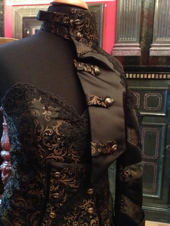 Die Spitze unterstreicht den  romantischen Stil der Kleider - hier mit einer traumhaften Halbarmjacke