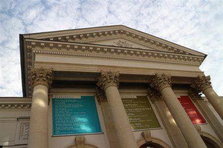 Der perfekte Look für einen Opernbesuch im Vogtlandtheater