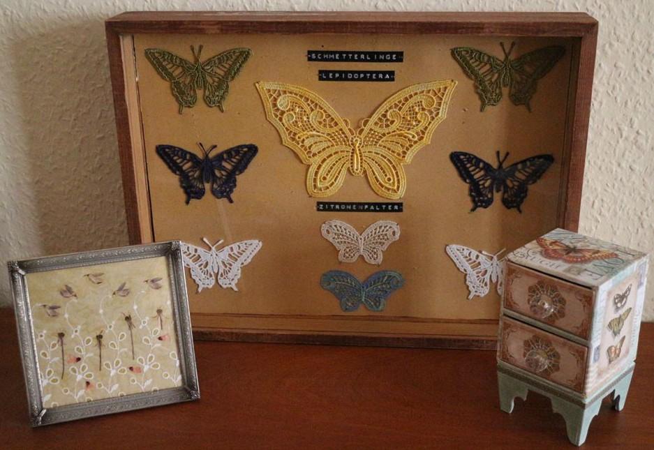 Schmetterlinge aus Spitze im Schaukasten