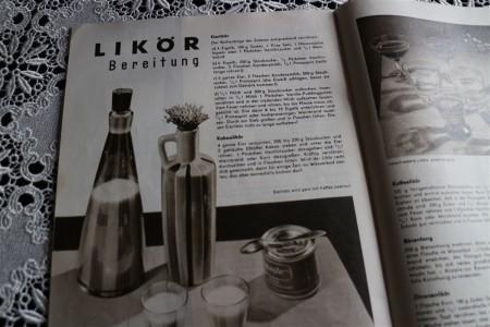 Es gibt unzählige Rezepte für Eierlikör - wie z.B. hier in meinem alten Rezeptheft aus den 60ern