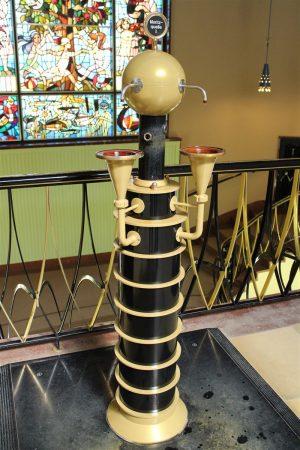 Eine der Säulen für die Trinkkur - die Geländer der Marienquelle in Bad Elster sind in Anlehnung an die Plauener Spitze gestaltet