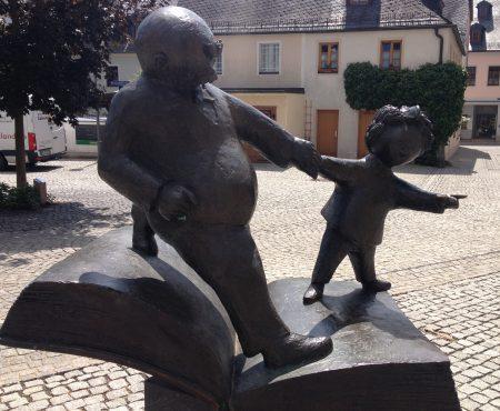 Die Vater und Sohn Figuren vor dem Erich-Ohser-Haus in Plauen