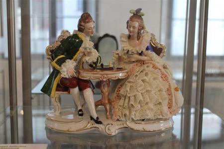 Porzellanfiguren mit Spitzenbesatz