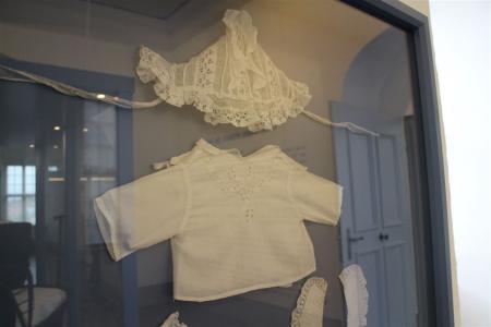 Vintage-Babysachen mit Spitzenbesatz