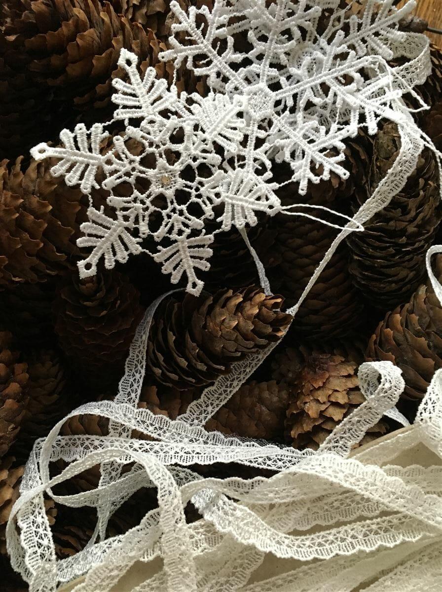 weihnachtliche dekoration aus spitze und tannenzapfen. Black Bedroom Furniture Sets. Home Design Ideas