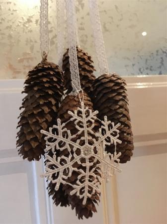 Natürlich Weihnachten - weihnachtliche Dekoration mit Spitze und Tannenzapfen