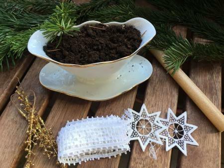 Adventsgesteck im Vintagestil mit Spitze und altem Geschirr