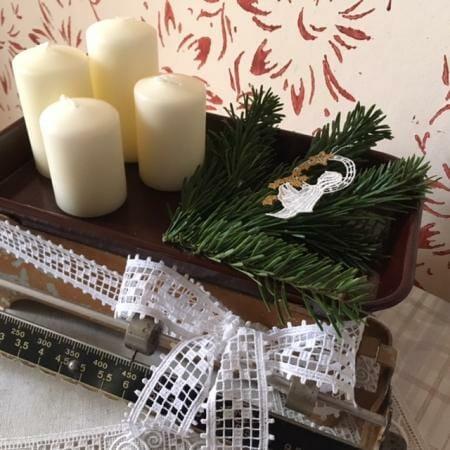 Adventsgesteck im Vintagestil mit Spitze und einer alten Küchenwaage