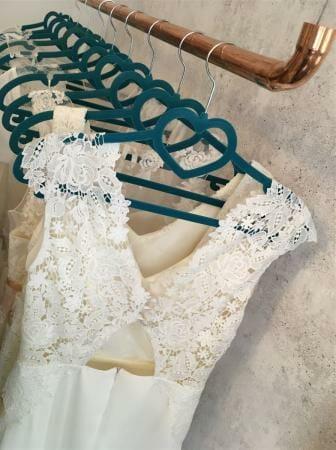 Vintagecharme trifft auf moderne leichte Schnitte bei den Hochzeitskleidern von Schleifenfänger aus Leipzig