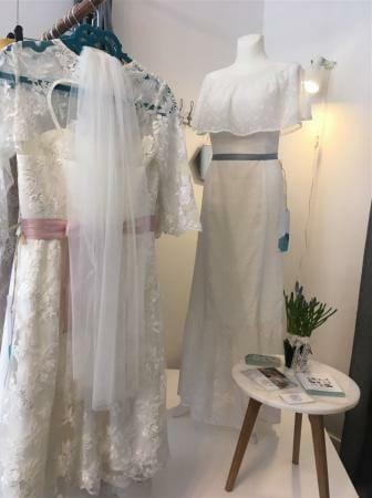 Carmen-Ausschnitt bei Kleid Lavinia in der Kollektion auf einen lässig-entspannten Palm-Springs-Stil mit Inspirationen aus den 60s und 70s