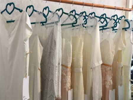 Spitze, zarte Farben und elegante Schnitte zeichnen die Brautkleider von Schleifenfänger aus Leipzig aus