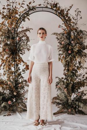 Brautmode von Yoora Studio Bratislava | gefertigt mit Tüllstickerei aus nachhaltiger Bio-Baumwolle | Organic Lace by Modespitze Plauen