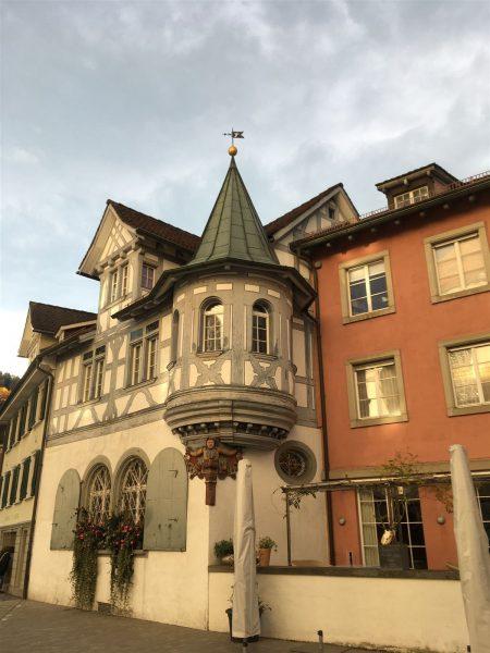 Die zahlreichen historischen Gebäude im Zentrum der Textilstadt St. Gallen haben fast alle einen textilen Bezug.